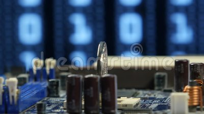 Bitcoin de prata no close up do fundo do cartão-matriz do computador Dinheiro virtual de Cryptocurrency filme