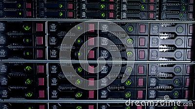 Bitcoin som bryter i en enorm datorhall 4K arkivfilmer