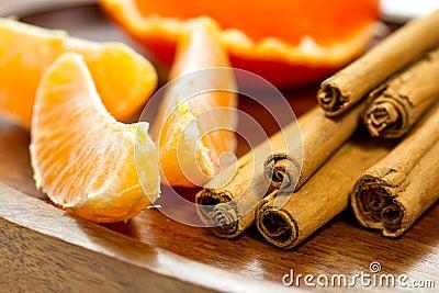 Bits sinaasappel en pijpjes kaneel