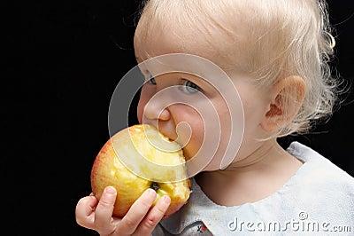 Bitting flicka för äpple