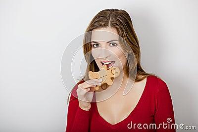 Bitting um bolinho do pão-de-espécie