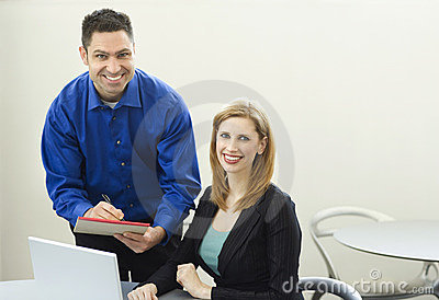 Biurko z dokładnością pracowników uśmiechu