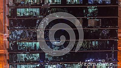 Biurowa drapacz chmur powierzchowność podczas opóźnionego wieczór z wnętrzem zaświeca dalej i ludzie pracuje wśrodku nocy timelap zdjęcie wideo