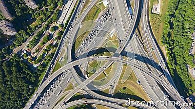 Bivio e traffico di automobili nel giorno di estate flyover Vista dall'alto in basso aerea archivi video