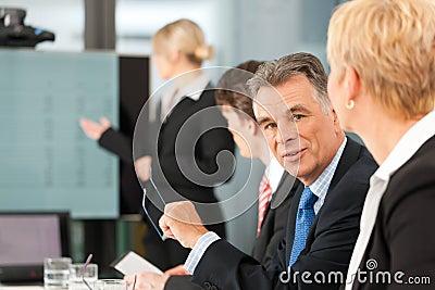 Biznes - drużyna w biurze