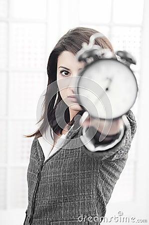Biznes kobieta zegarowa pokazywać