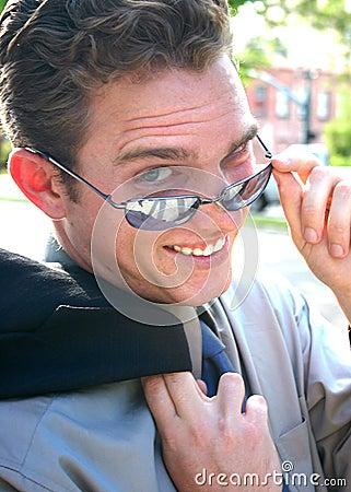 Biznesmenów nosić okulary przeciwsłoneczne