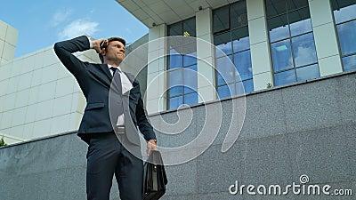 Biznesmen gniewny o złej wiadomości po rozmowy telefonicza, ostateczny termin, podpalał od pracy zbiory
