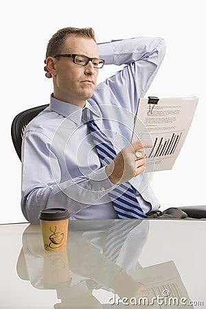 Biznesmen odizolowywająca przyglądająca papierkowa robota