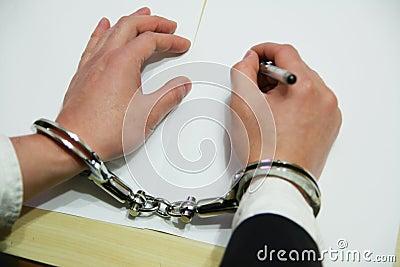 Biznesmen ręka zakłada kajdanki s
