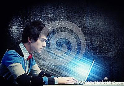 Biznesmen używa laptop