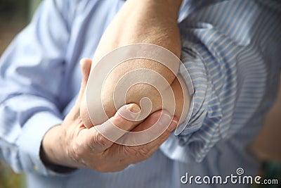 Biznesmen z bolesnym łokciem