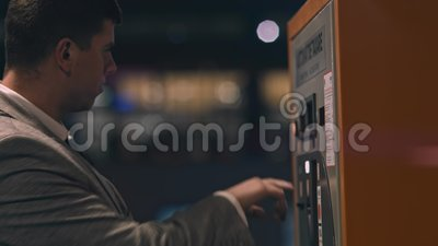 Biznesmena kupienie z automatem zdjęcie wideo