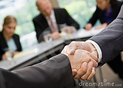 Biznesmeni target712_1_ trząść zamykają ręki