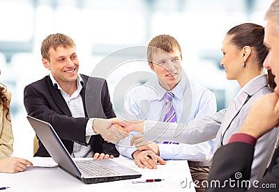 Biznesowe ręki zaludniają chwianie