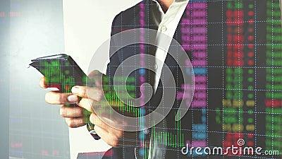 Biznesowego mężczyzny handel w rynkach walutowych lub rynek papierów wartościowych z telefonem komórkowym zbiory