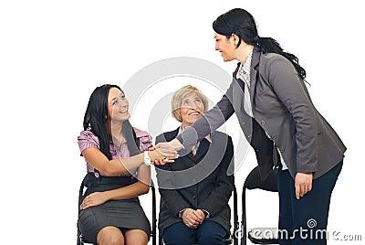 Biznesowy kolega gratuluje jej kobiety