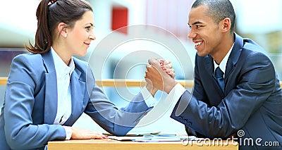 Biznesowy pary ręki zapaśnictwo