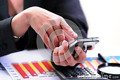 Biznesowy używać smartphone