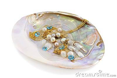 Błękitny topaz z perłami i złotem