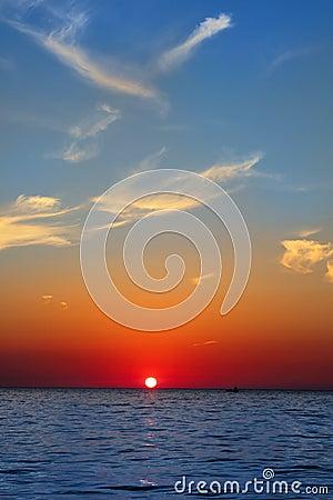 Blå guld- soluppgång för sky för seascape för rött hav för hav