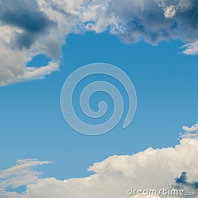 Blå himmel och moln