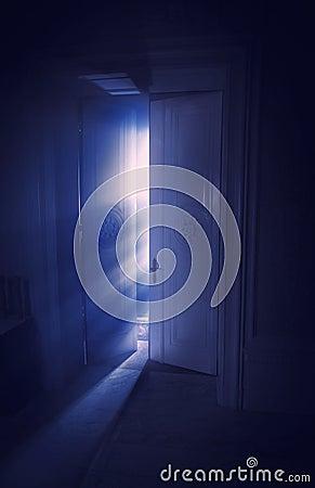 Blåa strålar av lampa