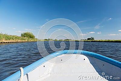 Blått fartyg på floden