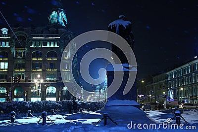 Blå snöig stadsnatt