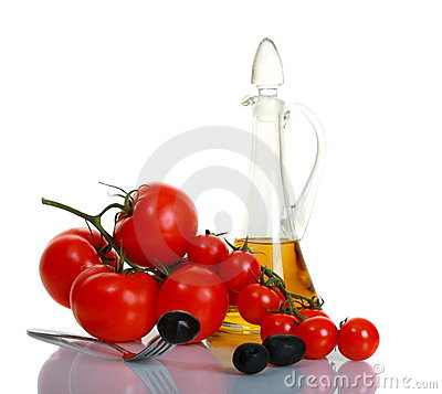 Free Black Olives On A Background Of Ripe Tomatoes. Royalty Free Stock Image - 16673306
