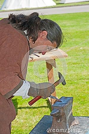 Blacksmith делая наконечник стрелы Редакционное Изображение