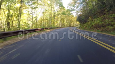 Bladeren die achter Auto op Blauw Ridge Parkway blazen stock footage