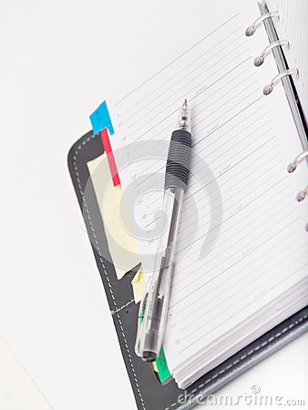 Bureau stationnaire - stylo et journal intime sur le blanc