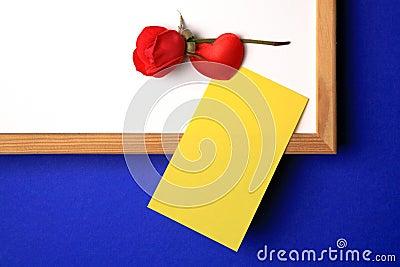 Blanco-tablero con la nota amarilla