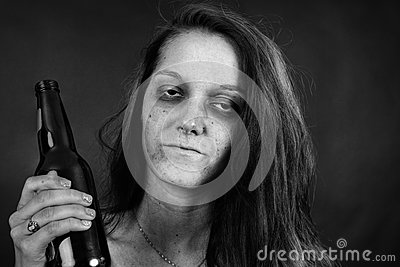 Blanco y negro de adicto a la mujer joven