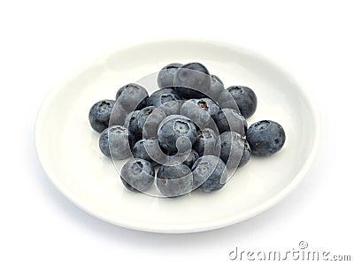 Blaubeeren auf weißem Teller