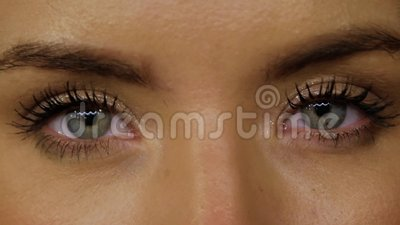 Blaue Augen und Goldmakeup stock video