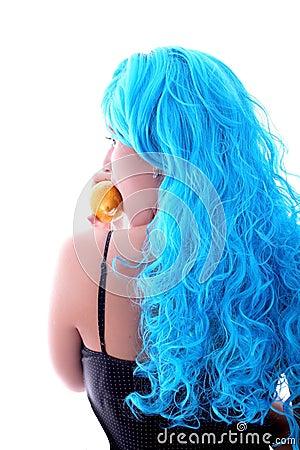 Rückseitiges blaues haarmädchen mit zitrone