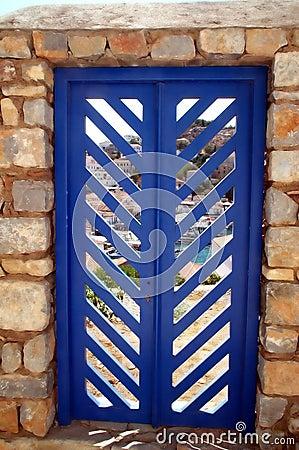 Blaue Tür in der Steinwand