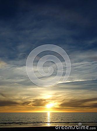 Blauer gelber Sonnenuntergang
