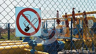 blauer Kraftstoff das Rauchen ist tot Speisen Sie Ihr Auto Rohrleitung unter Druck stock footage