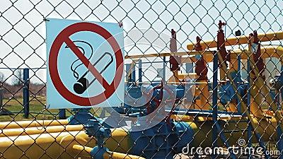 blauer Kraftstoff Erdgasspeicherstation das Rauchen ist tot Warnzeichen auf dem Zaun Eine Rohrleitung mit einem Absperrventil und stock footage