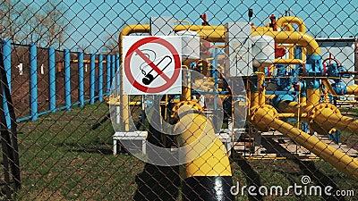 blauer Kraftstoff Reinigungs- und Transportstation Verarbeitung des Gases und des Öls Rohrleitung mit einem Manometer und einer P stock video footage