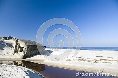 Blauer Strand und etwas Ruinen.