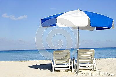 Blauer und weißer Regenschirm