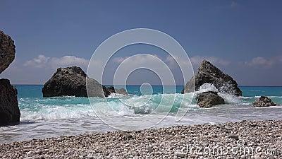 Blaues Mittelmeer-Wellen, Küstenwachen, die am Strand brechen, Küste stock video