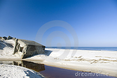 Blauw strand en sommige ruïnes.