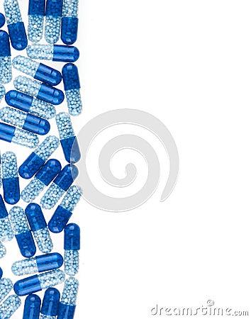 Blauwe die pillen op wit worden geïsoleerd