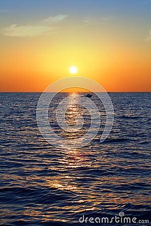 Blauwe gouden overzeese van het zonsopgangzeegezicht oceaan rode hemel