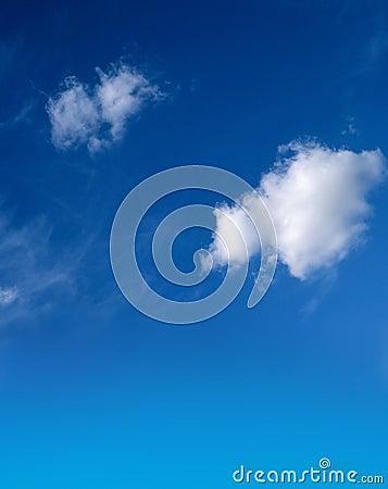 Blauwe hemel met pluizige witte wolken